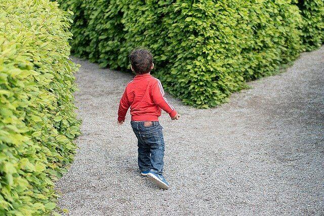 分かれ道に立つ子供