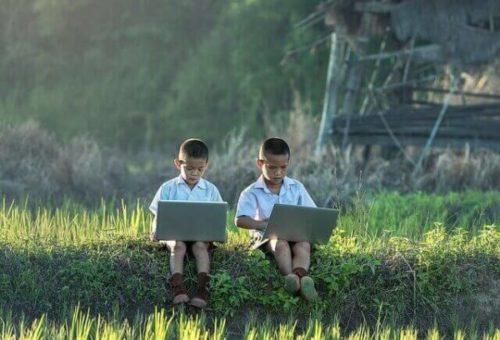 クレカなしで契約できるレンタルWiFiを探す子供達
