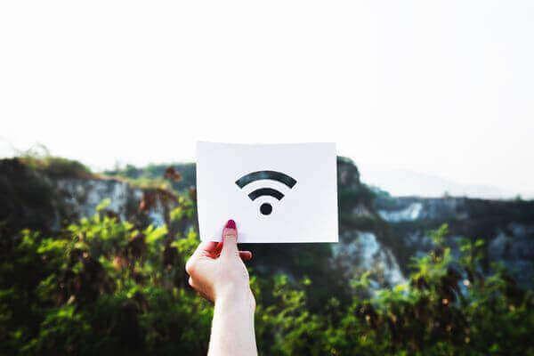 wifiマークをかざす女性の手